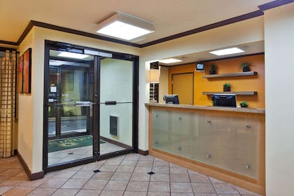 Lobby | La Quinta Inn & Suites by Wyndham Columbus State University