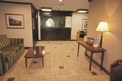 Lobby | La Quinta Inn by Wyndham Indianapolis Airport Executive Dr