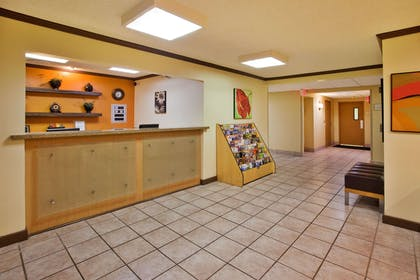 Lobby | La Quinta Inn & Suites by Wyndham Savannah Southside