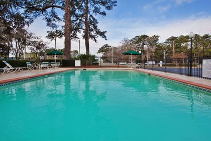 Pool | La Quinta Inn & Suites by Wyndham Savannah Southside