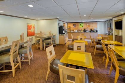 Breakfast Area | La Quinta Inn & Suites by Wyndham Savannah Southside