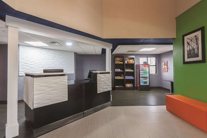 Lobby | La Quinta Inn & Suites by Wyndham Knoxville East