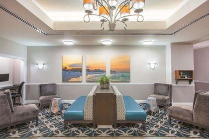 Lobby | La Quinta Inn & Suites by Wyndham Fort Walton Beach