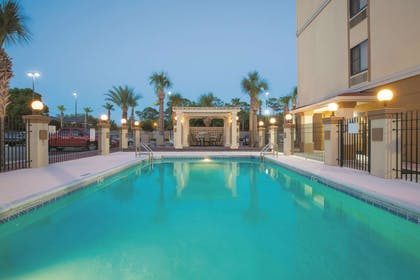 Pool | La Quinta Inn & Suites by Wyndham Fort Walton Beach