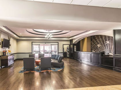 Lobby | La Quinta Inn & Suites by Wyndham Fort Worth - Lake Worth
