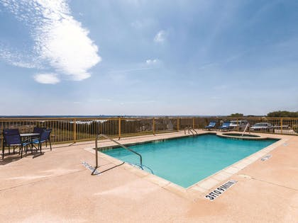 Pool | La Quinta Inn & Suites by Wyndham Fort Worth - Lake Worth