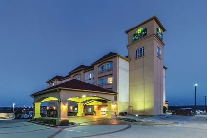 Exterior | La Quinta Inn & Suites by Wyndham Fort Worth - Lake Worth