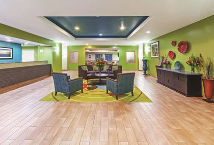Lobby | La Quinta Inn & Suites by Wyndham Paris