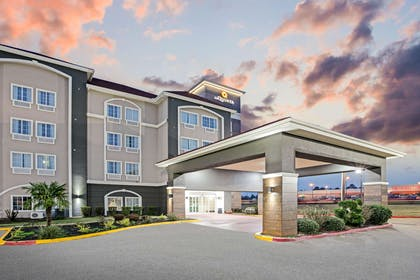 Exterior | La Quinta Inn & Suites by Wyndham Paris
