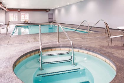 Pool | La Quinta Inn & Suites by Wyndham Tulsa Airpt / Expo Square