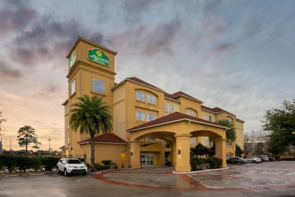 Exterior | La Quinta Inn & Suites by Wyndham Houston Bush Intl Airpt E