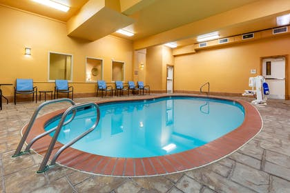 Pool | La Quinta Inn & Suites by Wyndham Vancouver