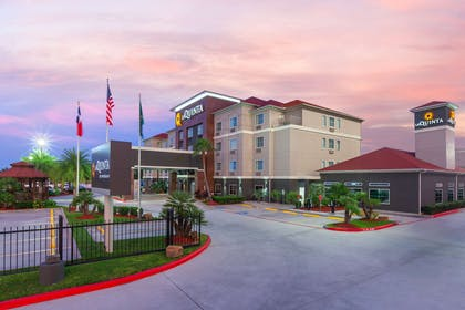 exterior dusk | La Quinta Inn & Suites by Wyndham Houston Channelview