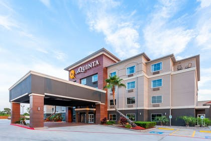 exterior day | La Quinta Inn & Suites by Wyndham Houston Channelview