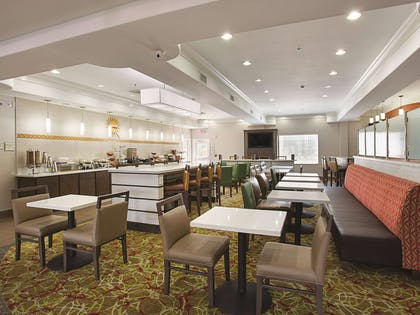Breakfast Area | La Quinta Inn & Suites by Wyndham Houston Channelview