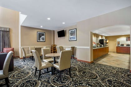 complimentary breakfast   La Quinta Inn & Suites by Wyndham Manchester