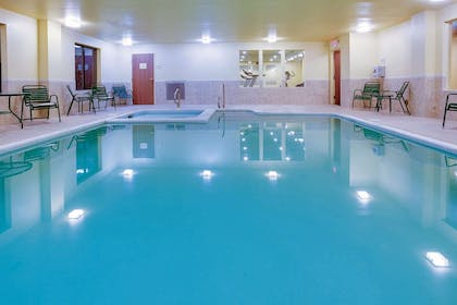 Pool | La Quinta Inn & Suites by Wyndham Richmond - Kings Dominion