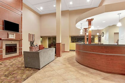 Lobby | La Quinta Inn & Suites by Wyndham Richmond - Kings Dominion