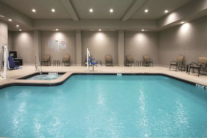 Pool | La Quinta Inn & Suites by Wyndham Fort Worth West - I-30