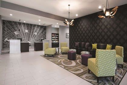 Lobby | La Quinta Inn & Suites by Wyndham Fort Worth West - I-30