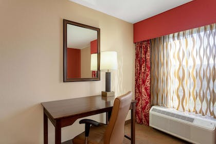Guest room | La Quinta Inn & Suites by Wyndham Pigeon Forge