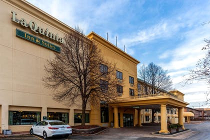 Exterior | La Quinta Inn & Suites by Wyndham Milwaukee Bayshore Area