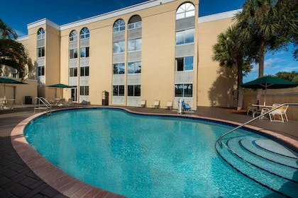 Pool | La Quinta Inn & Suites by Wyndham Deerfield Beach I-95