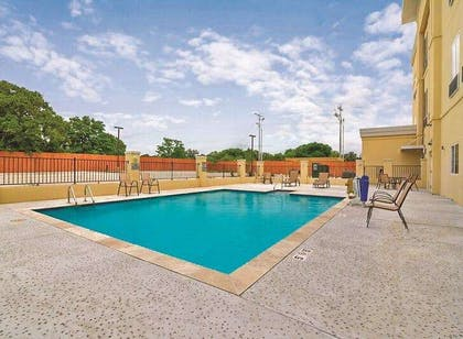 Pool | La Quinta Inn & Suites by Wyndham Luling