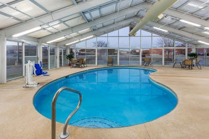 Pool | La Quinta Inn & Suites by Wyndham Rockford