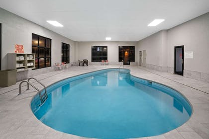 Pool | La Quinta Inn & Suites by Wyndham Knoxville North I-75