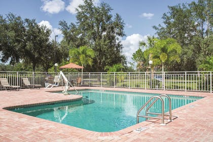 Pool | La Quinta Inn & Suites by Wyndham Sarasota - I75