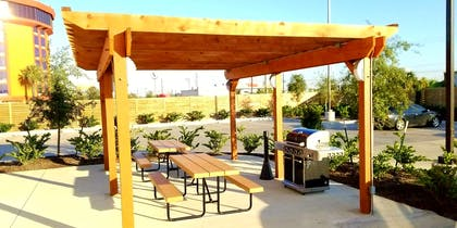 Outdoor Grill Pavilion | Best Western Plus Pasadena Inn and Suites