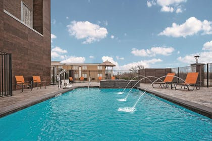 Pool | La Quinta Inn & Suites by Wyndham Dallas Grand Prairie North