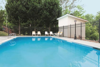 Pool | La Quinta Inn & Suites by Wyndham Covington