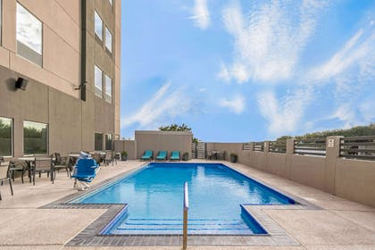 Pool | La Quinta Inn & Suites by Wyndham McAllen La Plaza Mall