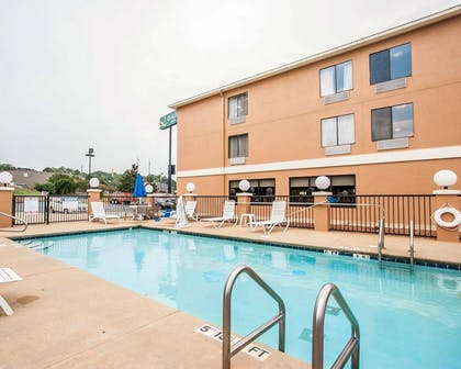 Outdoor pool with sundeck | Quality Inn Tuscaloosa