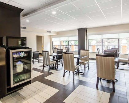 Enjoy breakfast in this seating area | Quality Inn Tuscaloosa