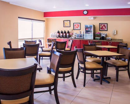 Enjoy breakfast in this seating area | Comfort Inn & Suites Trussville I-59 exit 141