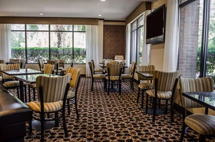 Enjoy breakfast in this seating area | Comfort Suites North Mobile