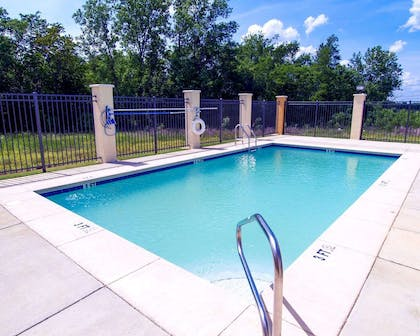 Outdoor pool | Comfort Suites Airport South