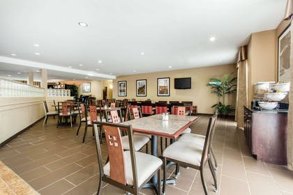 Enjoy breakfast in this seating area | Comfort Suites Cullman I-65 Exit 310