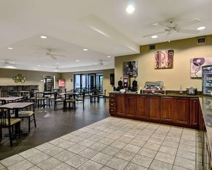 Enjoy breakfast in this seating area | Comfort Inn & Suites Hot Springs Central