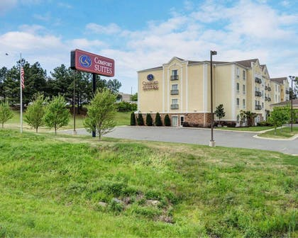 Hotel exterior | Comfort Suites near Hot Springs Park