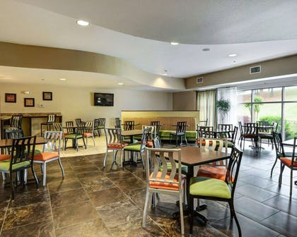 Breakfast area | Comfort Suites near Hot Springs Park