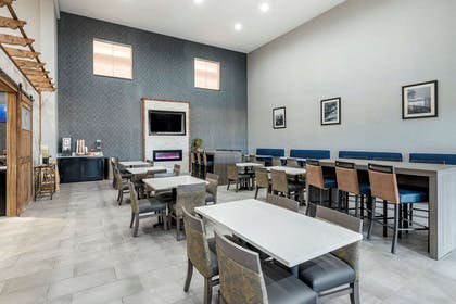 Enjoy breakfast in this seating area | Comfort Suites West Memphis I-40 I-55