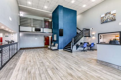 Spacious lobby | Quality Suites Maumelle - Little Rock NW