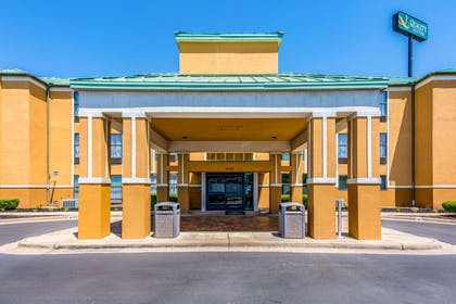 Hotel entrance | Quality Suites Maumelle - Little Rock NW