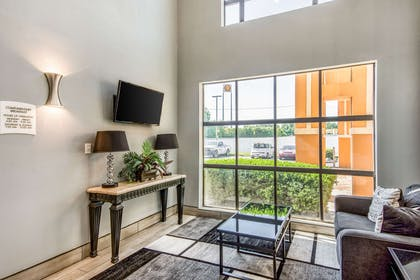 Hotel lobby | Quality Suites Maumelle - Little Rock NW