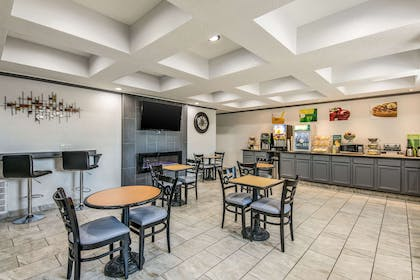 Enjoy breakfast in this seating area | Quality Suites Maumelle - Little Rock NW