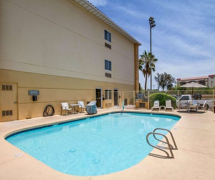 Outdoor pool with sundeck | Comfort Suites Peoria Sports Complex